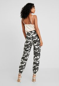 Missguided - HIGH WAISTED CAMO TROUSERS - Pantaloni cargo - grey - 2