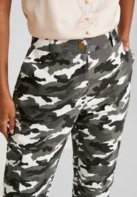 Missguided - HIGH WAISTED CAMO TROUSERS - Pantaloni cargo - grey - 3