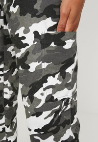 Missguided - HIGH WAISTED CAMO TROUSERS - Pantaloni cargo - grey - 5
