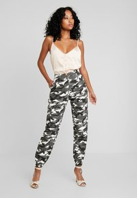 Missguided - HIGH WAISTED CAMO TROUSERS - Pantaloni cargo - grey - 1