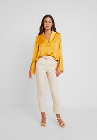 Missguided - HIGH WAISTED BELTED TROUSERS - Pantaloni - sand - 2