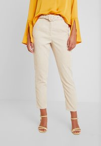 Missguided - HIGH WAISTED BELTED TROUSERS - Pantaloni - sand - 0
