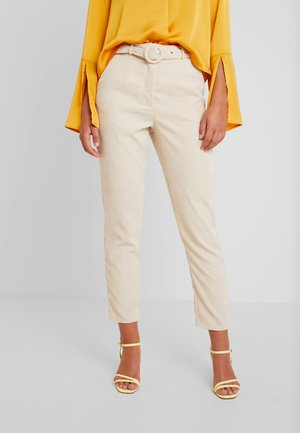 HIGH WAISTED BELTED TROUSERS - Pantalones - sand