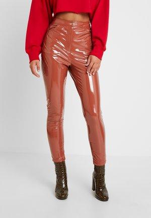 HIGH WAISTED TROUSERS - Pantalon classique - brown