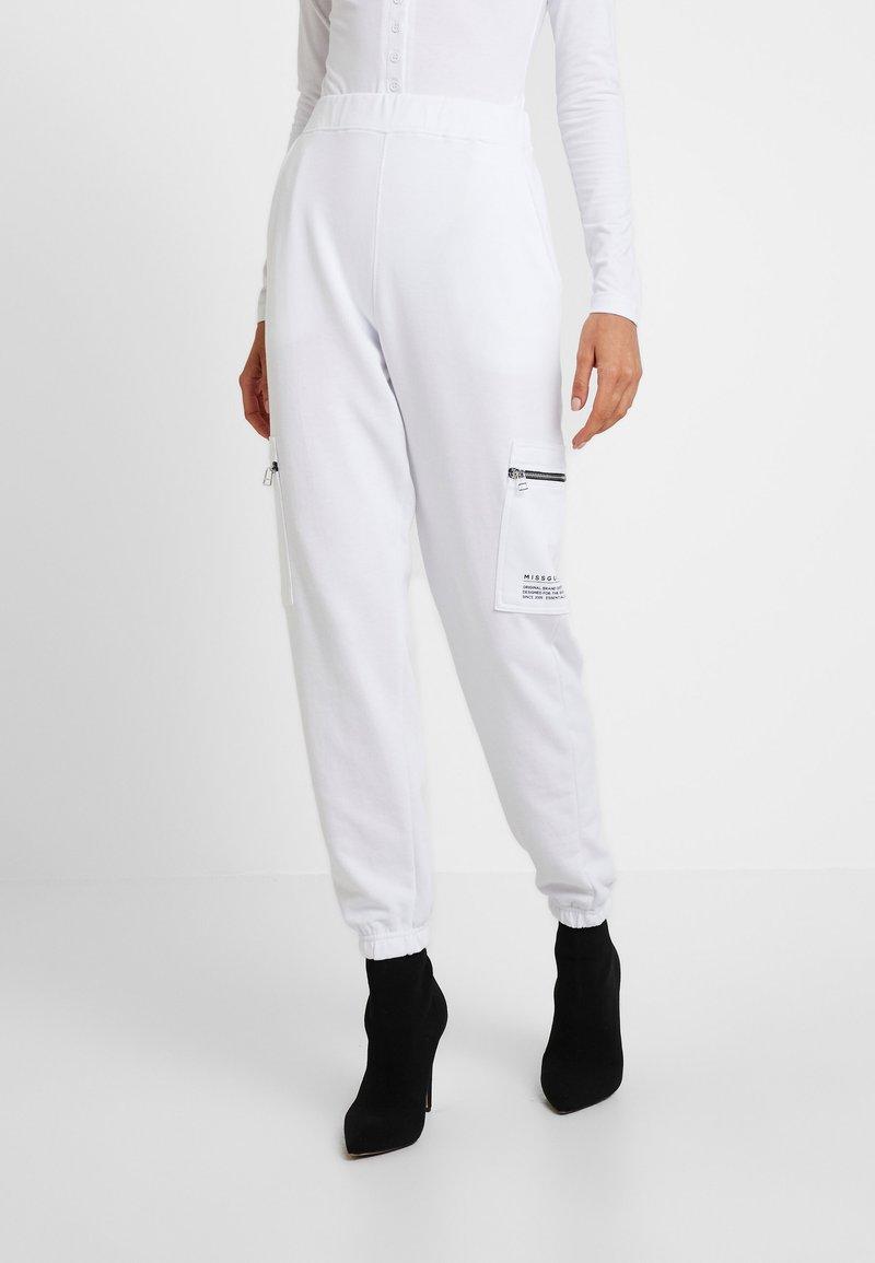 Missguided - ZIP UTILITY POCKET JOGGERS - Pantaloni sportivi - white