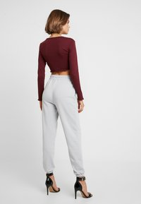 Missguided - 2 PACK BASIC JOGGERS - Joggebukse - grey/burgundy - 2