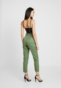 Missguided - BELTED HIGH WAISTED CIGARETTE TROUSERS - Pantalon classique - green - 2