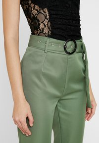 Missguided - BELTED HIGH WAISTED CIGARETTE TROUSERS - Pantalon classique - green - 4