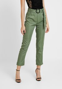 Missguided - BELTED HIGH WAISTED CIGARETTE TROUSERS - Pantalon classique - green - 0