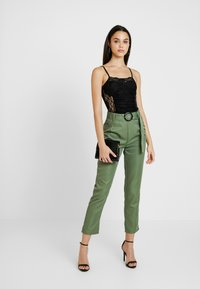Missguided - BELTED HIGH WAISTED CIGARETTE TROUSERS - Bukse - green - 1
