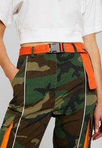 Missguided - CONTRAST CAMO PANEL TROUSER - Pantaloni cargo - khaki - 4