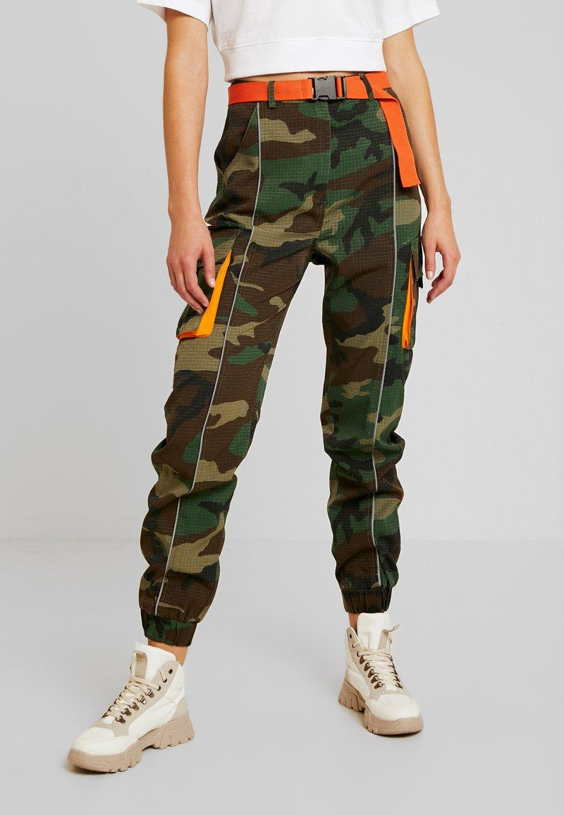 Missguided - CONTRAST CAMO PANEL TROUSER - Pantaloni cargo - khaki