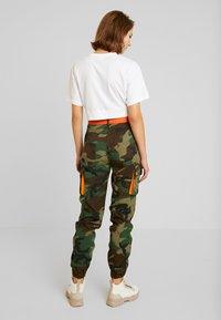 Missguided - CONTRAST CAMO PANEL TROUSER - Pantaloni cargo - khaki - 2