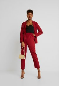 Missguided - POCKET UTILITY TROUSERS - Pantalon classique - red - 2