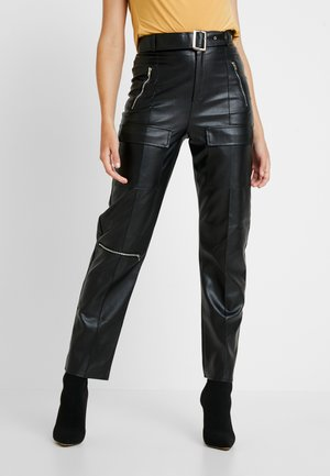 JORDAN LIPSCOMBE PU HIGH WAISTED UTILITY TROUSER - Pantaloni - black