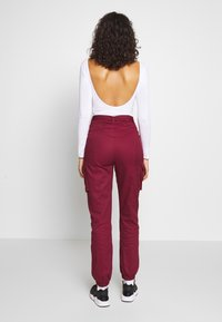 Missguided - DOUBLE BUCKLE DETAIL TROUSER - Pantalon cargo - burgundy - 2
