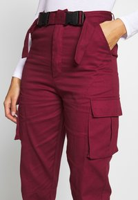 Missguided - DOUBLE BUCKLE DETAIL TROUSER - Pantalon cargo - burgundy - 4