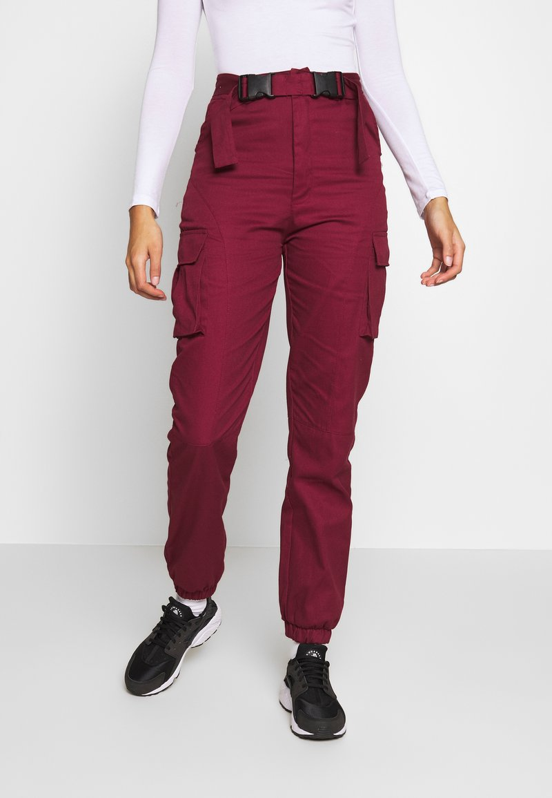 Missguided - DOUBLE BUCKLE DETAIL TROUSER - Pantalon cargo - burgundy