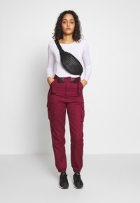 Missguided - DOUBLE BUCKLE DETAIL TROUSER - Pantalon cargo - burgundy - 1