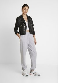 Missguided - BASIC JOGGER - Pantalon de survêtement - grey - 2