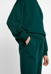 Missguided - BASIC JOGGER - Pantalones deportivos - green - 4