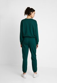 Missguided - BASIC JOGGER - Pantalones deportivos - green - 2