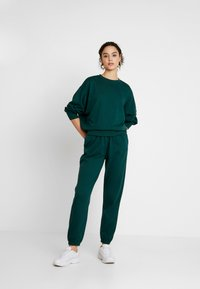 Missguided - BASIC JOGGER - Pantalones deportivos - green - 1