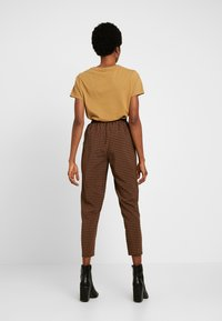 Missguided - TIE WAIST SLIM LEG TROUSERS - Kalhoty - brown - 3
