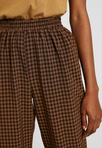 Missguided - TIE WAIST SLIM LEG TROUSERS - Kalhoty - brown - 5