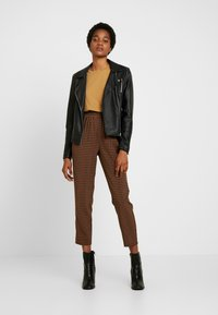 Missguided - TIE WAIST SLIM LEG TROUSERS - Kalhoty - brown - 2