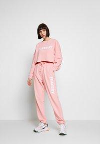 Missguided - PLAYBOY LOUNGE PANTS - Pantalon de survêtement - pink - 1