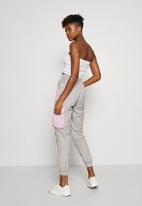 Missguided - CODE CREATE BUCKLE BELT TRACKSUIT BOTTOMS - Tracksuit bottoms - grey/pink