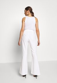 Missguided - FLARED SMART TROUSERS - Kalhoty - white - 2