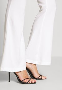 Missguided - FLARED SMART TROUSERS - Kalhoty - white - 4