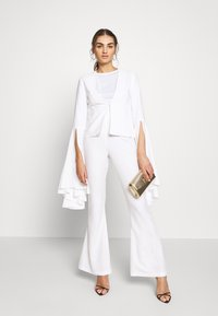Missguided - FLARED SMART TROUSERS - Kalhoty - white - 1