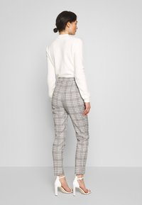 Missguided - HOUNDSTOOTH CHECK CIGARETTE TROUSER - Pantalon classique - brown - 2