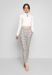 Missguided - HOUNDSTOOTH CHECK CIGARETTE TROUSER - Pantalon classique - brown - 1