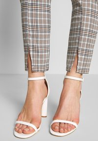Missguided - HOUNDSTOOTH CHECK CIGARETTE TROUSER - Pantalon classique - brown - 5