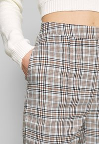 Missguided - HOUNDSTOOTH CHECK CIGARETTE TROUSER - Pantalon classique - brown - 3
