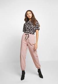 Missguided - PINK CONTRAST TIE - Pantalon de survêtement - pink - 1
