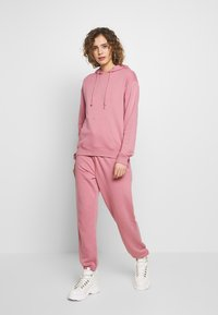 Missguided - OVERSIZED JOGGER - Pantaloni sportivi - pink - 1