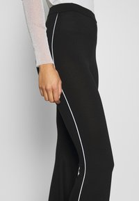 Missguided - CODE CREATE FLARE TROUSERS - Kalhoty - black - 5