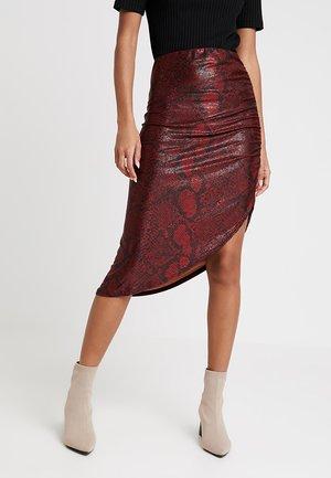 ANIMAL SHIMMMER SNAKE RUCHED SIDE PENCIL SKIRT - Pouzdrová sukně - red