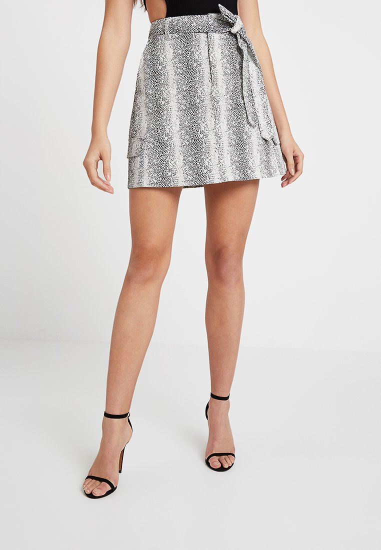 Missguided - SNAKE PRINT UTILITY SKIRT - A-Linien-Rock - white