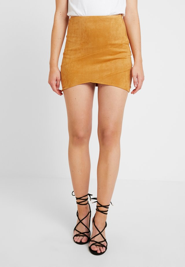 MINI SKIRT - Leather skirt - mustard