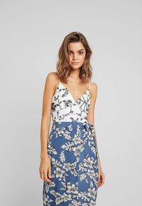 Missguided - PURPOSEFUL FLORAL TIE WAIST SIDE SLIT MIDI SKIRT - Wrap skirt - blue - 3