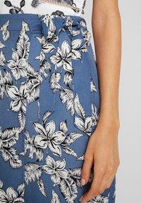 Missguided - PURPOSEFUL FLORAL TIE WAIST SIDE SLIT MIDI SKIRT - Wrap skirt - blue - 5