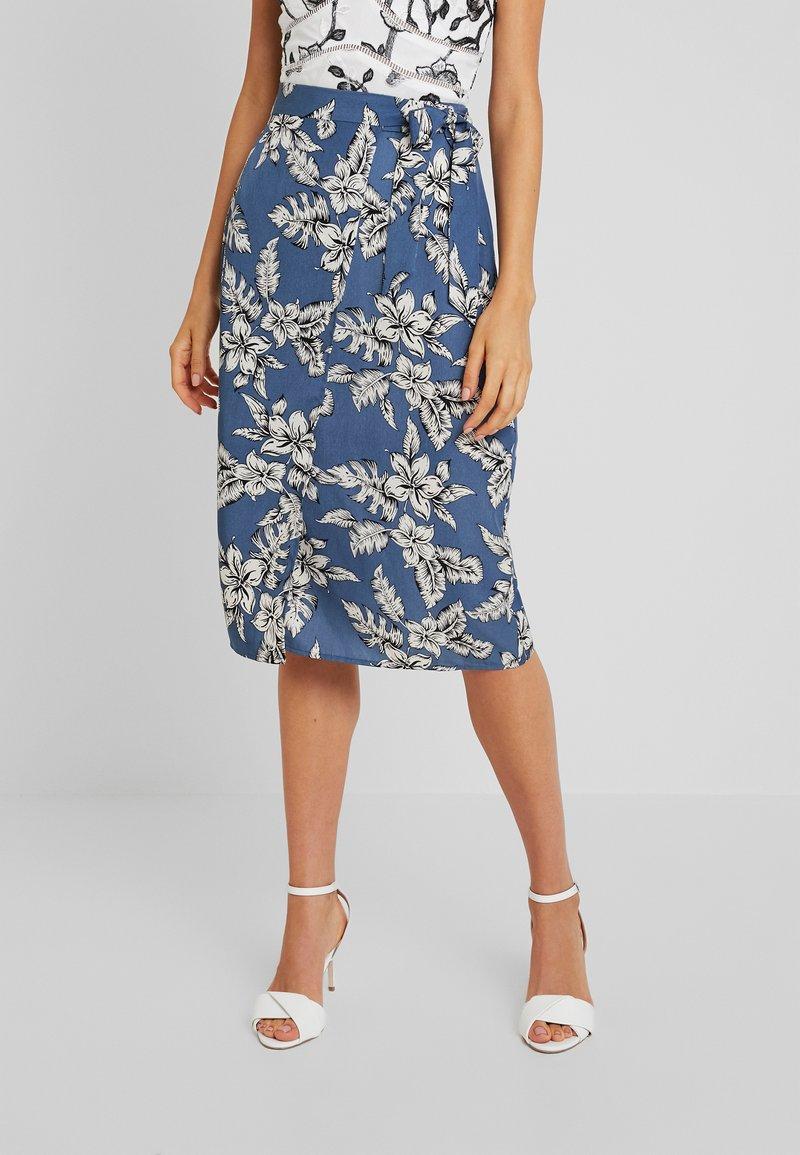 Missguided - PURPOSEFUL FLORAL TIE WAIST SIDE SLIT MIDI SKIRT - Wrap skirt - blue