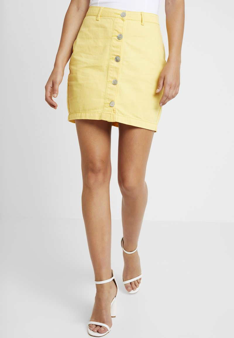 Missguided - PEARLESCENT BUTTON THROUGH SKIRT - Blyantnederdel / pencil skirts - lemon