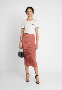 Missguided - SLINKY RUCHED SKIRT - Pouzdrová sukně - blush - 1
